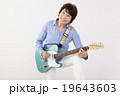 エレキギターを演奏して楽しむシニア女性 19643603