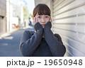 若い女性 うれしい はずかしい 表情 カメラ目線 19650948