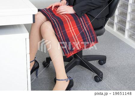 オフィスでブランケットを使うOL 19651148