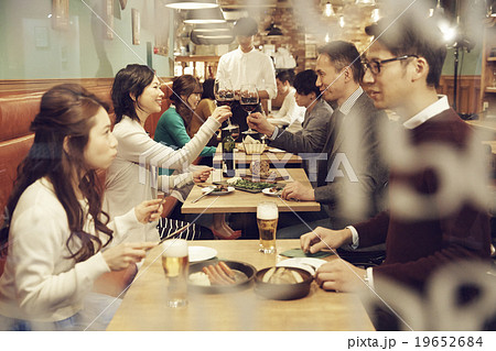 オシャレなレストランでディナー 19652684