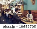 オシャレなレストランでディナー 19652705