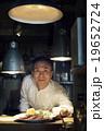 料理を出すシェフ 19652724