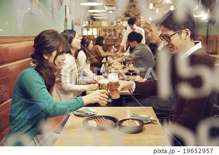 オシャレなレストランでのディナー 19652957