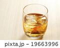ウィスキー ウイスキー オンザロックの写真 19663996