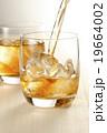 ウィスキー ウイスキー 注ぐの写真 19664002