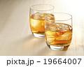ウィスキー ウイスキー オンザロックの写真 19664007
