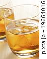 ウィスキー ウイスキー オンザロックの写真 19664016