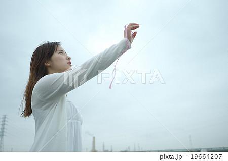 空に手を伸ばす女性 19664207