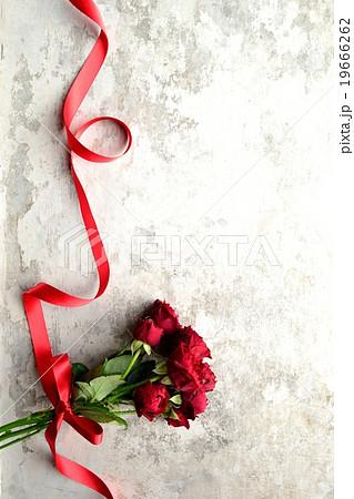 赤い薔薇のブーケとリボンの写真素材 [19666262] - PIXTA