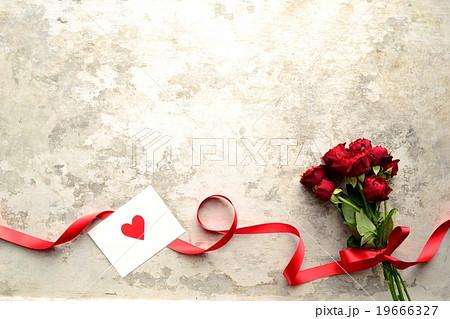 赤い薔薇の花束とハートのメッセージカードの写真素材 [19666327] - PIXTA