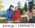 若者と登山 19694670
