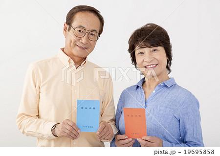 年金手帳を持つシニア夫婦のシルバーライフイメージ 19695858