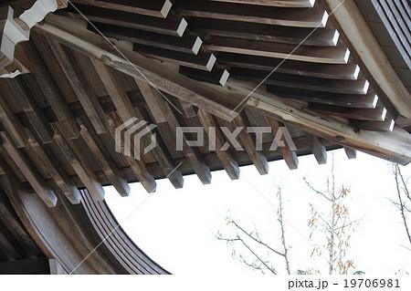 神社建築の軒下 19706981