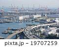 港へ向かう高速道路 19707259