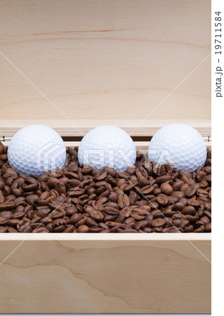 Coffee beans and golf balls in an open boxの写真素材 [19711584] - PIXTA