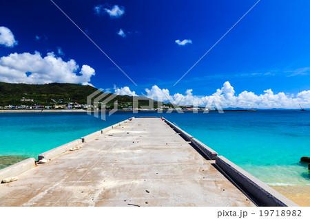 青い海と桟橋 19718982