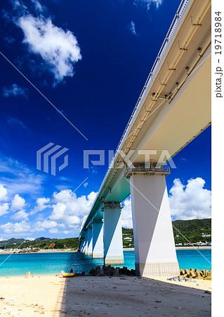 青い空と瀬底大橋 19718984