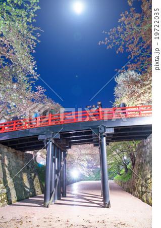 弘前公園本丸下乗橋 月明かりに照らされ鮮やかな朱塗と花筏はないかだのコントラスト19722035