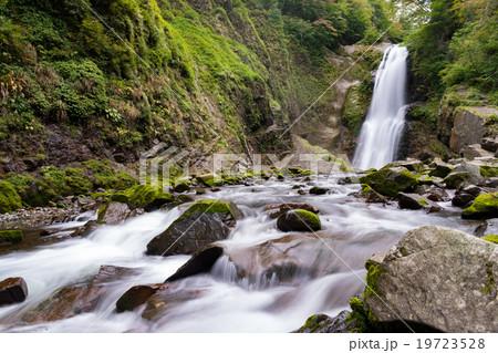 マイナスイオンと新緑が豊富な秋保大滝 渓流の岩に生えた苔が色鮮やかな秋保温泉の名所Akiu great falls19723528