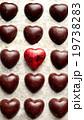 ハート型のブラックチョコレートと一個の赤いハート 19738283