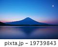 早朝の田貫湖から見た富士山 19739843