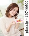 バレンタインデーのチョコを食べる女性 19740600