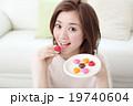 バレンタインデーのチョコを食べる女性 19740604