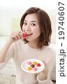 バレンタインデーのチョコを食べる女性 19740607