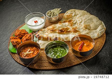 典型的なインドのカレーとナン Typical Indian curry set 19748712