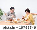 シニアの夫婦(食事) 19763549
