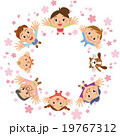 桜 花びら 家族のイラスト 19767312