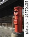 丸型郵便ポストと古民家 19770135