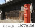 丸型郵便ポストと古民家 19770136