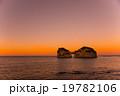 和歌山県白浜 円月島の夜明け オレンジの空 19782106