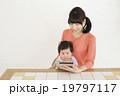 タブレット 赤ちゃん 親子の写真 19797117