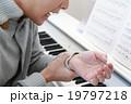 腱鞘炎 捻挫 ピアノ 楽器 音楽 (男性 オルガン チェンバロ MIDI シンセサイザー 鍵盤) 19797218