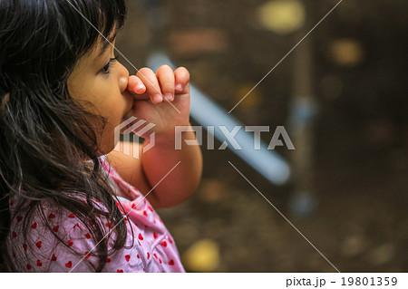 指しゃぶりをする女の子 19801359