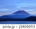 本栖湖で見る夕方の富士山 19809053
