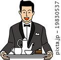 紅茶とケーキを運ぶ笑顔のウェイター 19830537