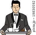 紅茶とケーキを運ぶウェイター 19830592