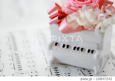 ピアノ 鍵盤楽器 キーボード (楽譜 譜面 音符 白 ホワイト 音楽 ミュージック) 19847242