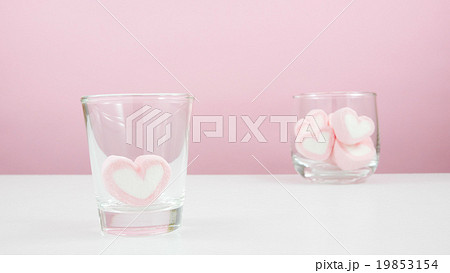 The lovely pink heart marshmallows on white tableの写真素材 [19853154] - PIXTA