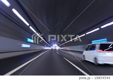 高速道路のトンネルを走行する車とトラック 19854544