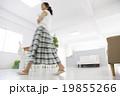 女性 歩く ライフスタイルの写真 19855266