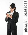 スマートフォンを操作する女性 19861055