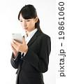 スマートフォンを操作する女性 19861060