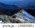 樹氷の奥秩父・金峰山稜線を行く登山者 19869861