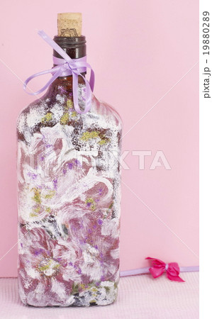Decoupage decorated bottleagainst pink backgroundの写真素材 [19880289] - PIXTA