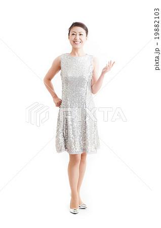 ドレスを着た日本人女性,全身ポーズ 19882103