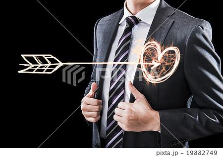心臓を射抜かれたビジネスマン,ハートマークと矢 19882749